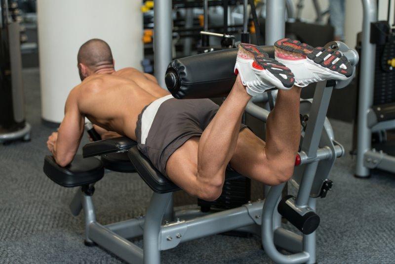 Bodybuilder beim Beinbizeps Training