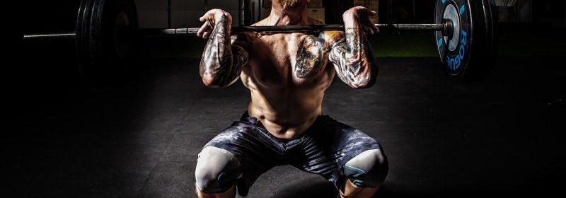 Fitnessstudio zu Haue - Bodybuilder macht Frontkniebeuge